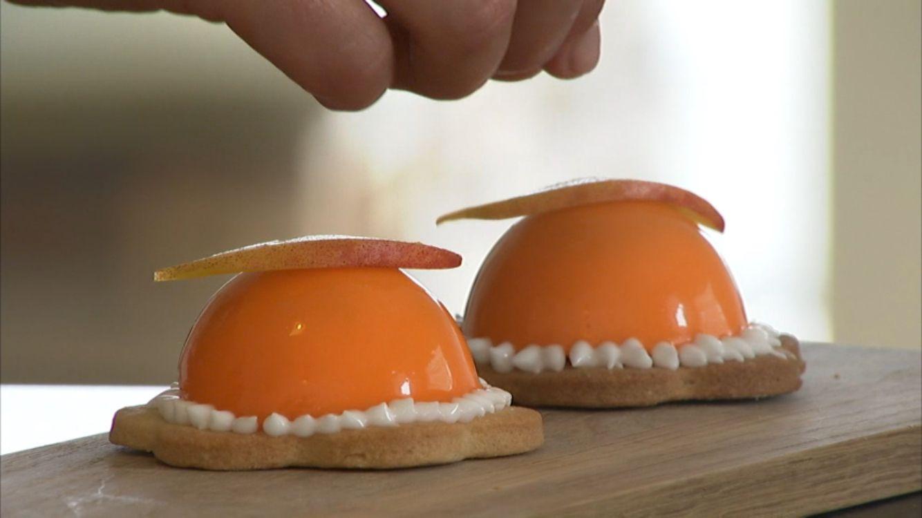 Dejlige ferskentærter på en mørdejsbund. Pyntet med frisk ferskenfilet og orange glaze.