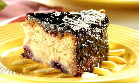 Duas delícias em uma receita: bolo de amora com iogurte