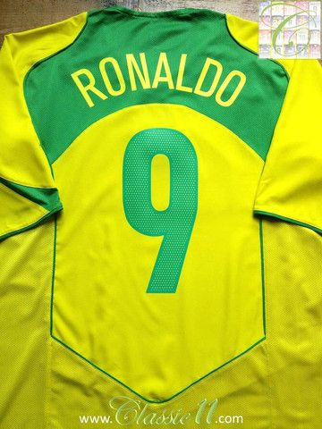Relive Ronaldo s 2004 2005 international season with this vintage Nike Brazil  home football shirt. 45bd1e181