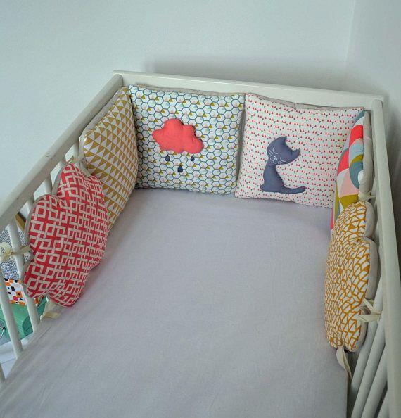 tour de lit nuage 39 mon chat cloud 39 rose corail jaune moutarde gris style graphique. Black Bedroom Furniture Sets. Home Design Ideas