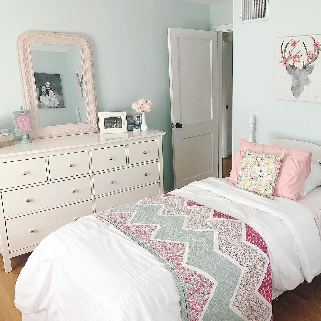 My 14 Year Old Is Away For The Week So The Room She Shares With Her 7 Year Old Sister Is Actually Clean And Girl Bedroom Decor Girly Room Childrens Room Decor