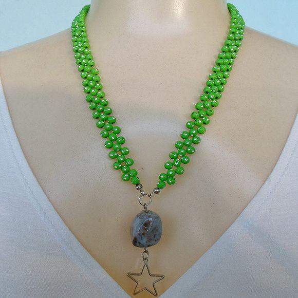 Colar verde feito com contas acrílicas, pedra natural ágata e pingente estrela. R$ 4,00
