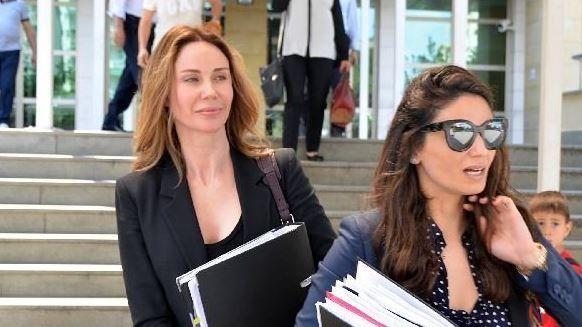 """Demet Şener, adliyede fotoğrafını çeken avukatla tartıştı  """"Demet Şener, adliyede fotoğrafını çeken avukatla tartıştı"""" http://fmedya.com/demet-sener-adliyede-fotografini-ceken-avukatla-tartisti-h32704.html"""