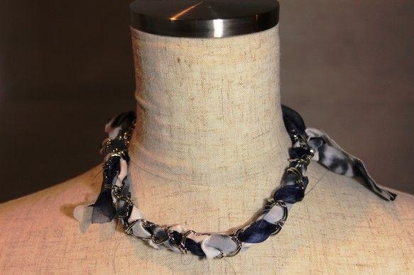 シルバー色のチェーンにリボン状の布を編みこんだ、個性的なネックレス!コーディネートのアクセントにどうぞ♪アジャスター付き。※金属アレルギーのある方は、ご遠慮く...|ハンドメイド、手作り、手仕事品の通販・販売・購入ならCreema。