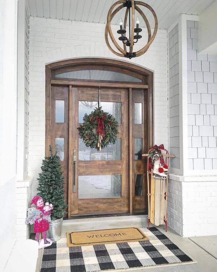 Photo of Inngangsdør i tre med juletrær