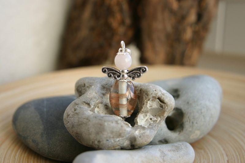 Schutzengelchenanhänger  der Bauch ist eine Glasperle und der Kopf ist eine Rosenquarzperle  das Flügelchen ist aus Tibetsilber