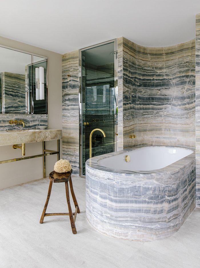 Dans la salle de bains majestueuse, l\u0027onyx paraît avoir été taillé