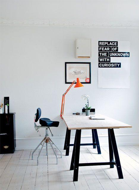 Planche en bois trteaux noirs lampe de bureau orange deco