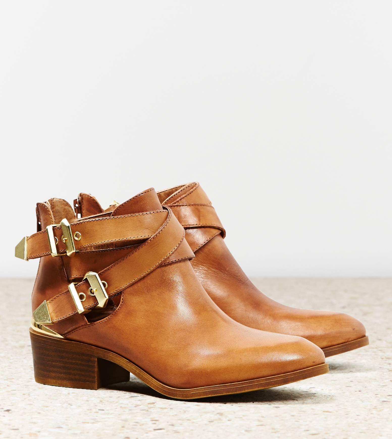 bottines plutôt plates camel sympa avec les boucles dorées