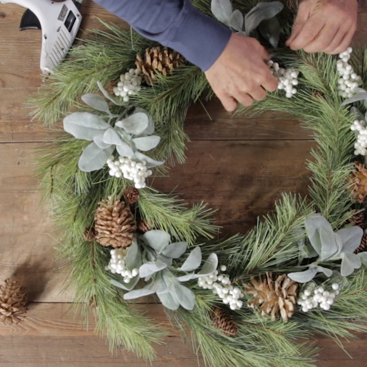 This Simple Evergreen Wreath Hack Is So Genius - Holiday DIY  #decoration Store-bought wreaths can be costly, but this DIY wreath hack uses cardboard to craft a sturdy, inexpensive wreath base. Then you can then customize your wreath with garland and any decorations you'd like. #customwreath #cardboardwreathform #howtomakeawreath #christmaswreath #christmas #diy #bhg