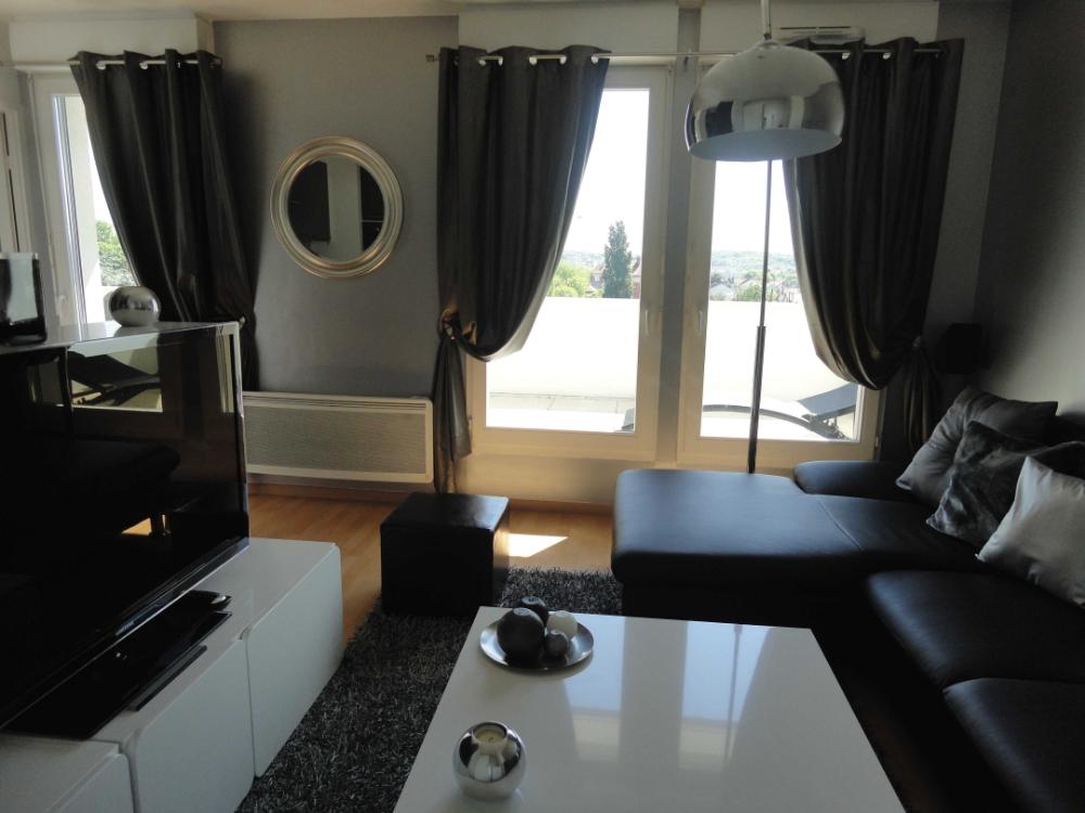 Idee Deco Salon Noir Et Blanc Foyer Best | Salle à manger noire et blanche, Idée déco rideaux ...