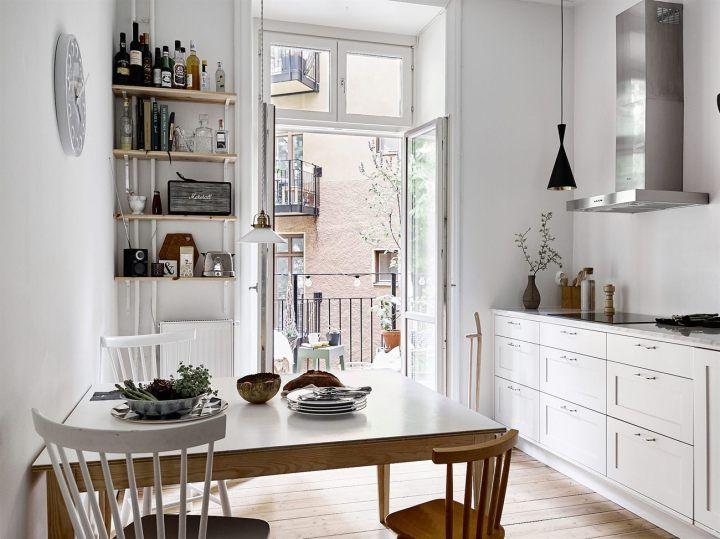 Lamparas Colgantes Sobre La Encimera Interior De Cocina