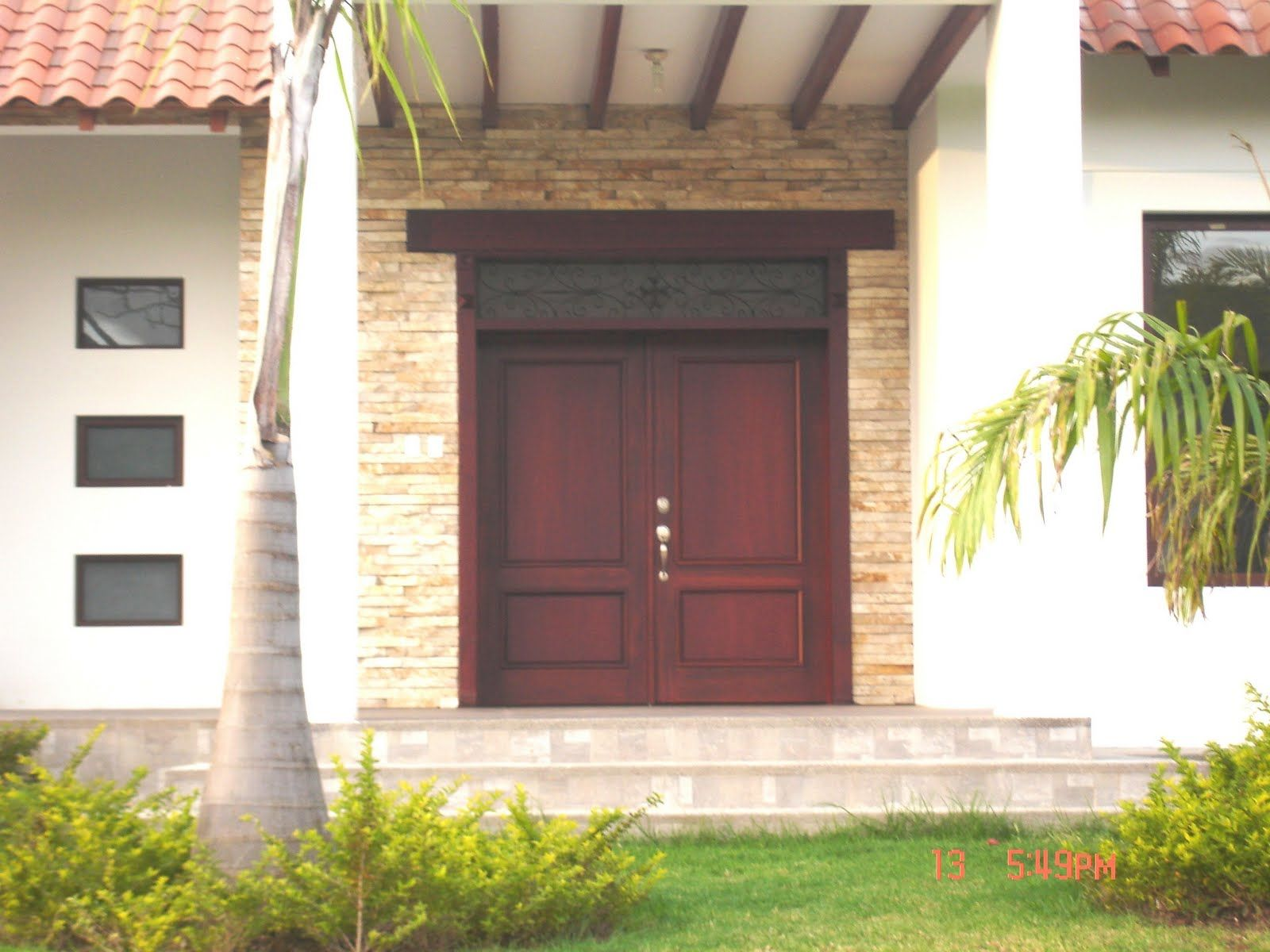 Fotos de puertas de madera para exterior buscar con for Puertas de casa exterior