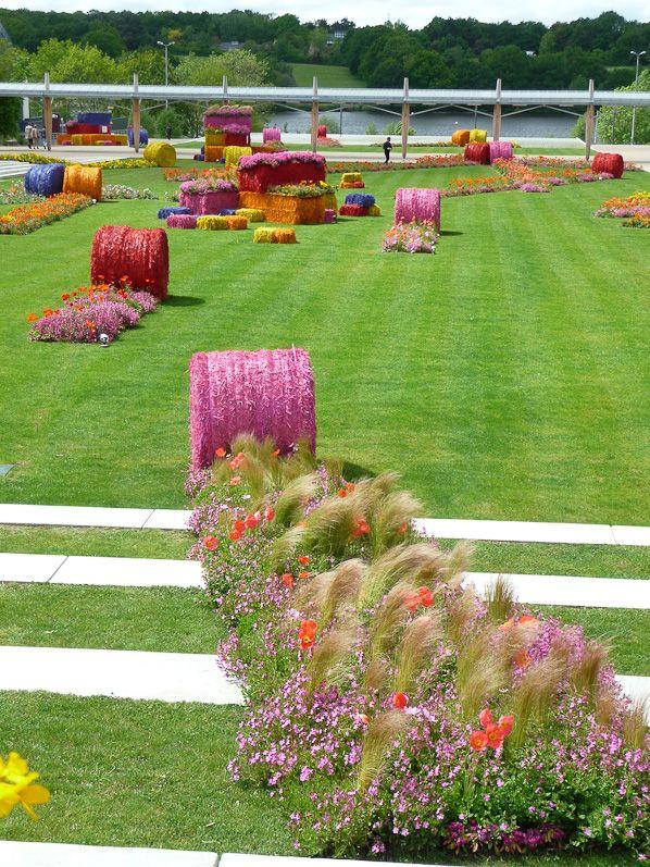 Bottes de paille multicolores et fleurs printanières, création SEVE ...