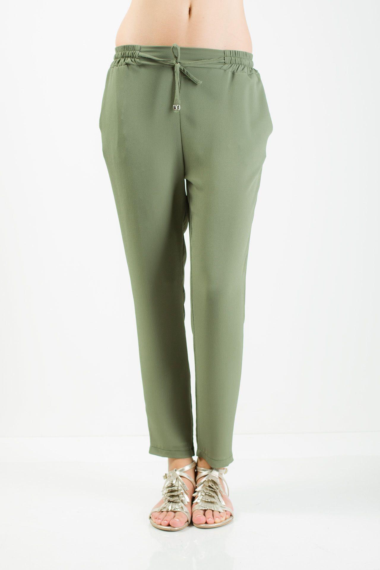 Vestibilità comoda Cinta elastica con coulisse Tasche anteriori taglio uomo Cavallo leggermente sceso Fondo regolare.