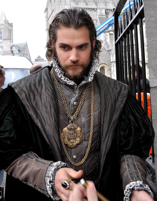 Cavill henry tudors beard advise dress in summer in 2019