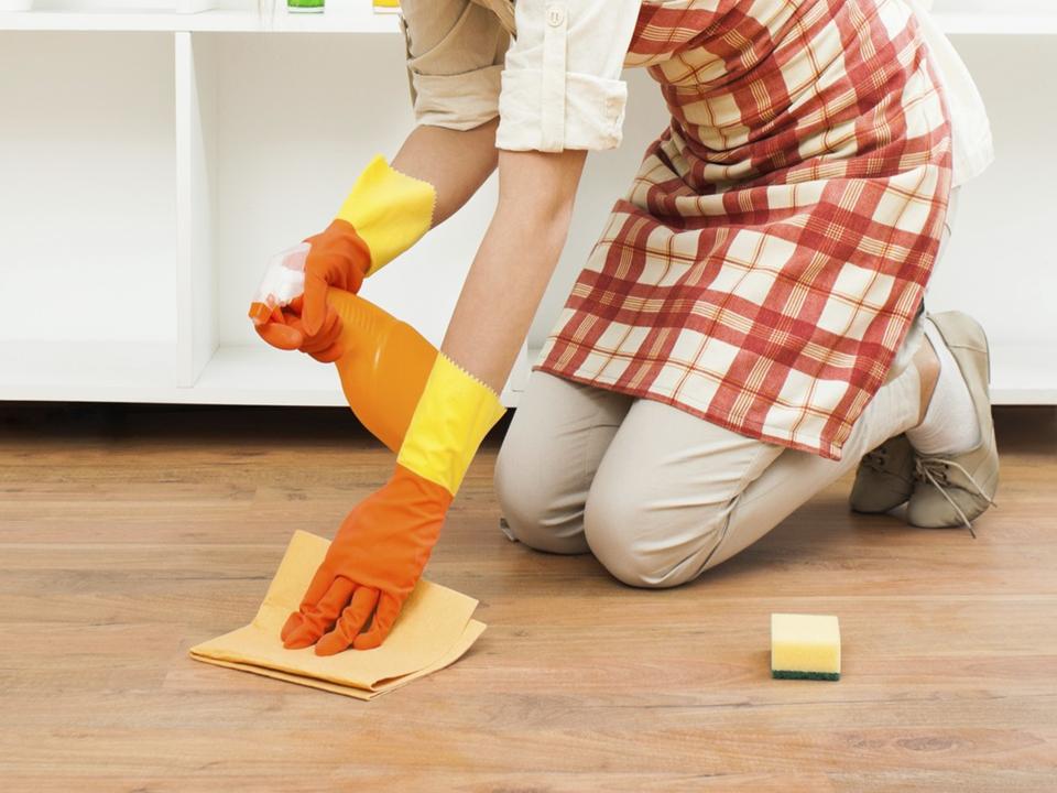 Casas amp te dice c mo limpiar el piso laminado con una soluci n de tres cucharadas de vinagre - Como quitar rayones del piso vinilico ...