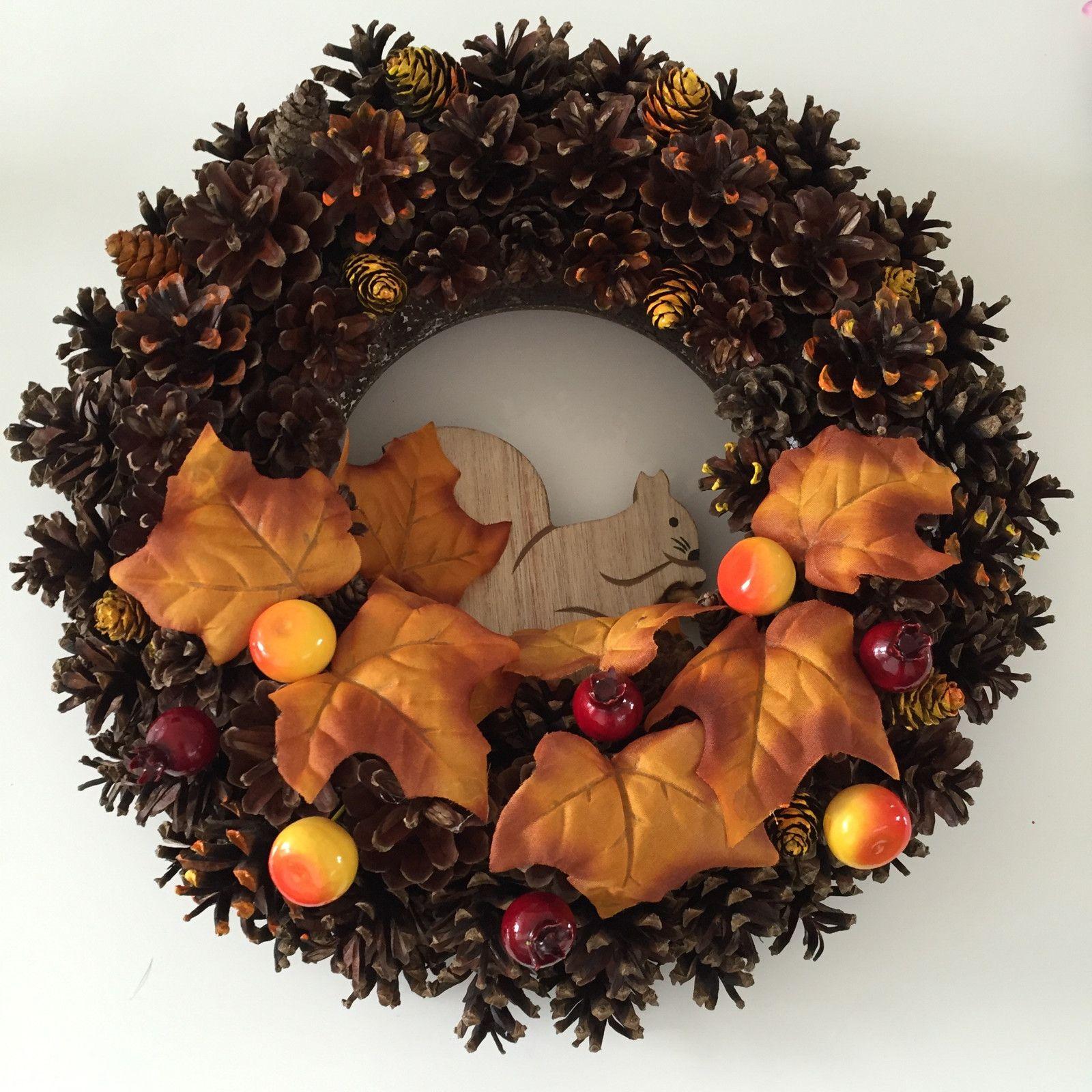 Jesenný veniec Veniec zo šišiek na zavesenie na dvere Veverička ma naozajstný orech :))) Priemer 34cm