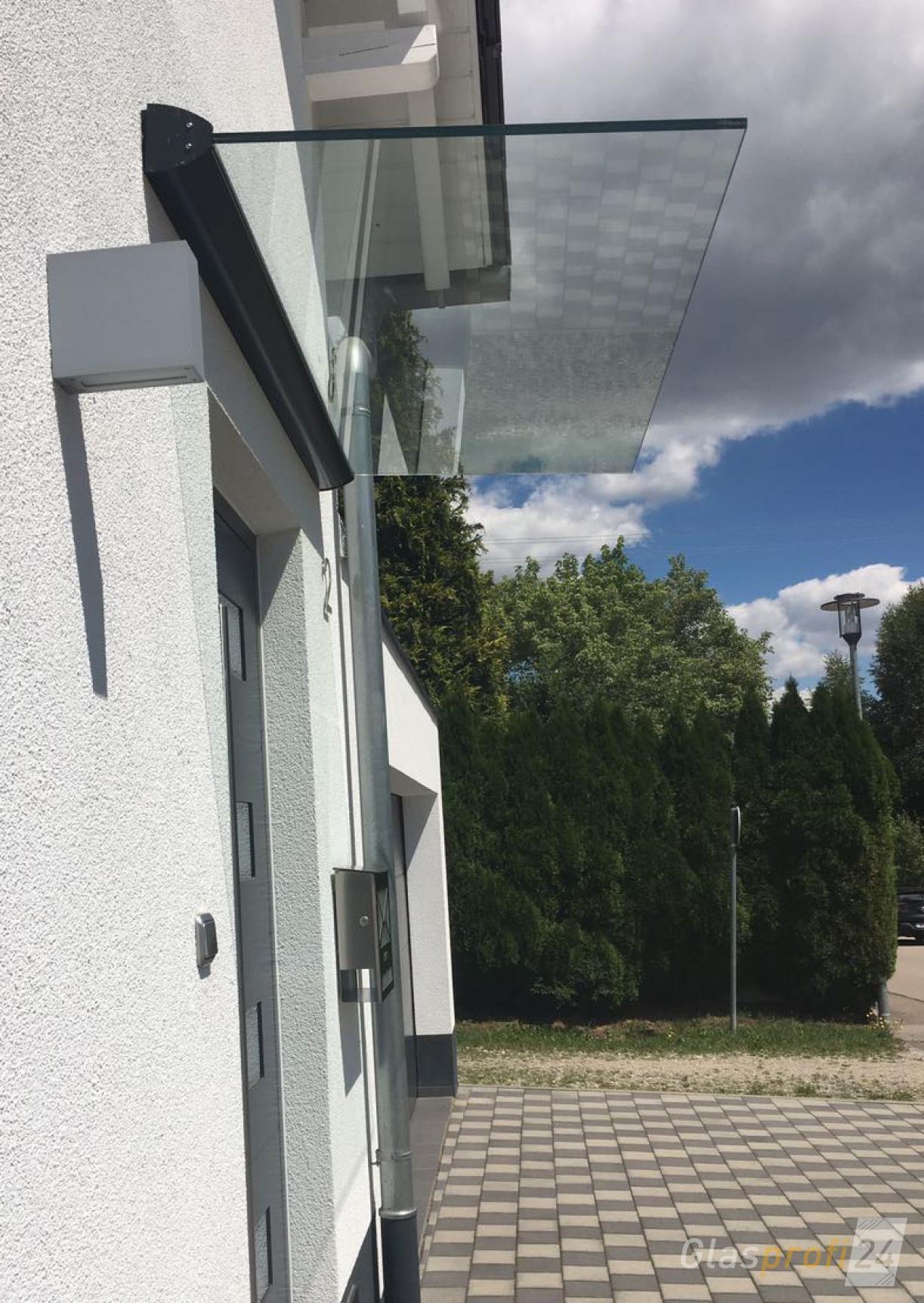 Die Haustürüberdachung Ist Eine Freitragende Glas Konstruktion Mit 5°  Dachneigung, Wodurch Regenwasser Leicht