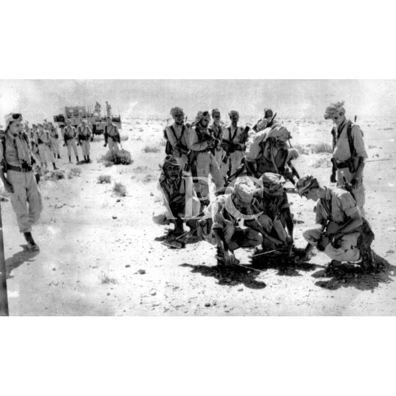 Tropas Españolas Revisan Los Campos De Minas Existentes Entre El Sahara Español Archivo Abc Tropas Español La Legion Española