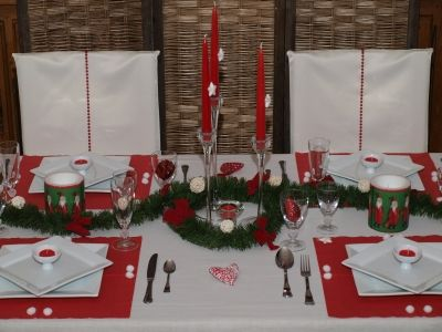 Un no l traditionnel rouge et vert sont les couleurs for Decoration table de noel rouge et blanc