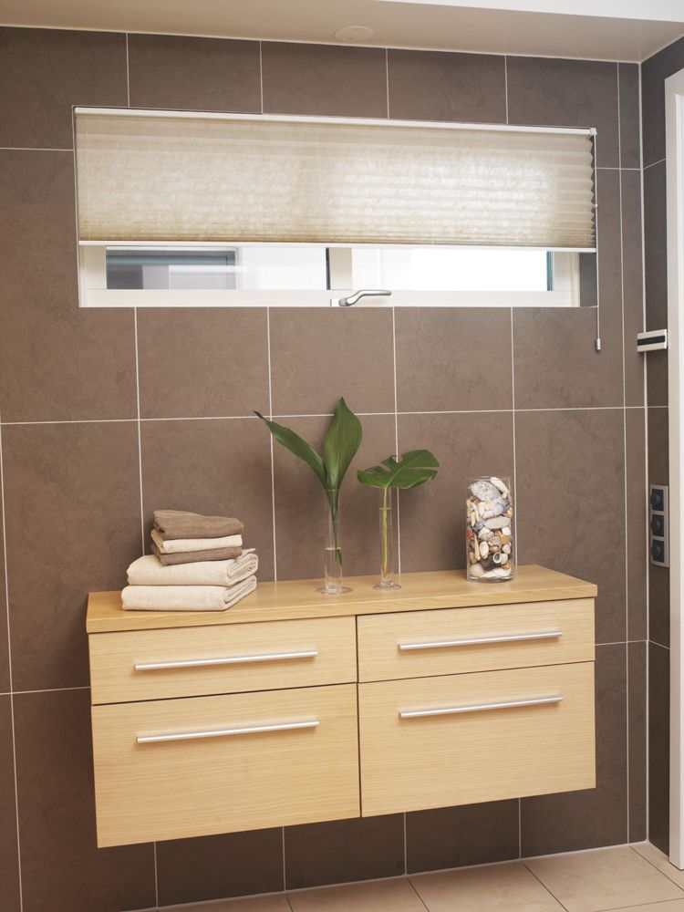 The high insulating characteristics of these blinds help keep the - rollo für badezimmer