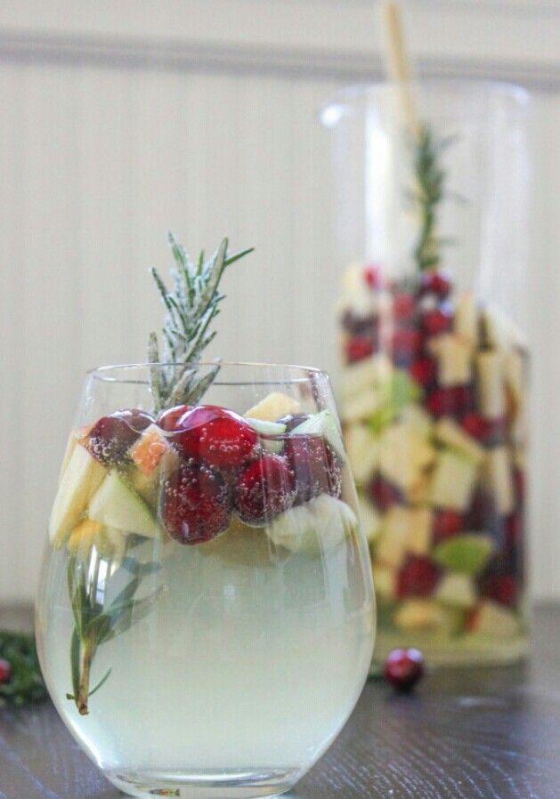 """Cranberry """"White Christmas"""" sangria -cookingstoned.com"""