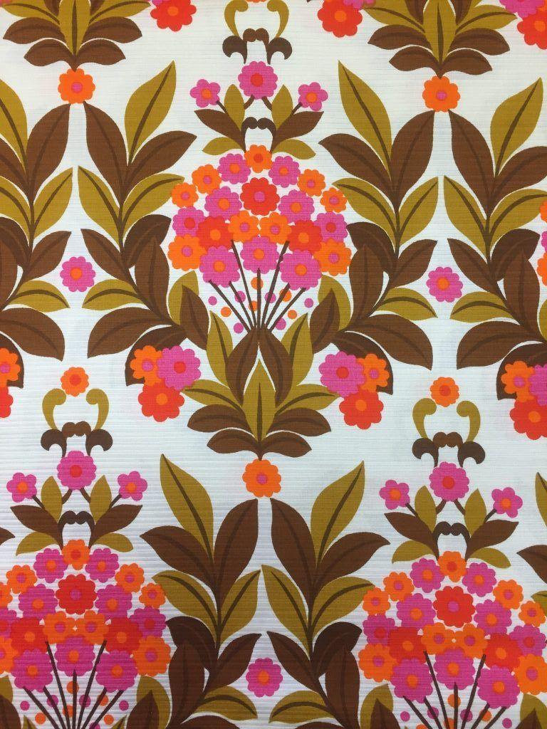 Retro stof met leuk patroon van bloemen in frisse heldere kleuren ...