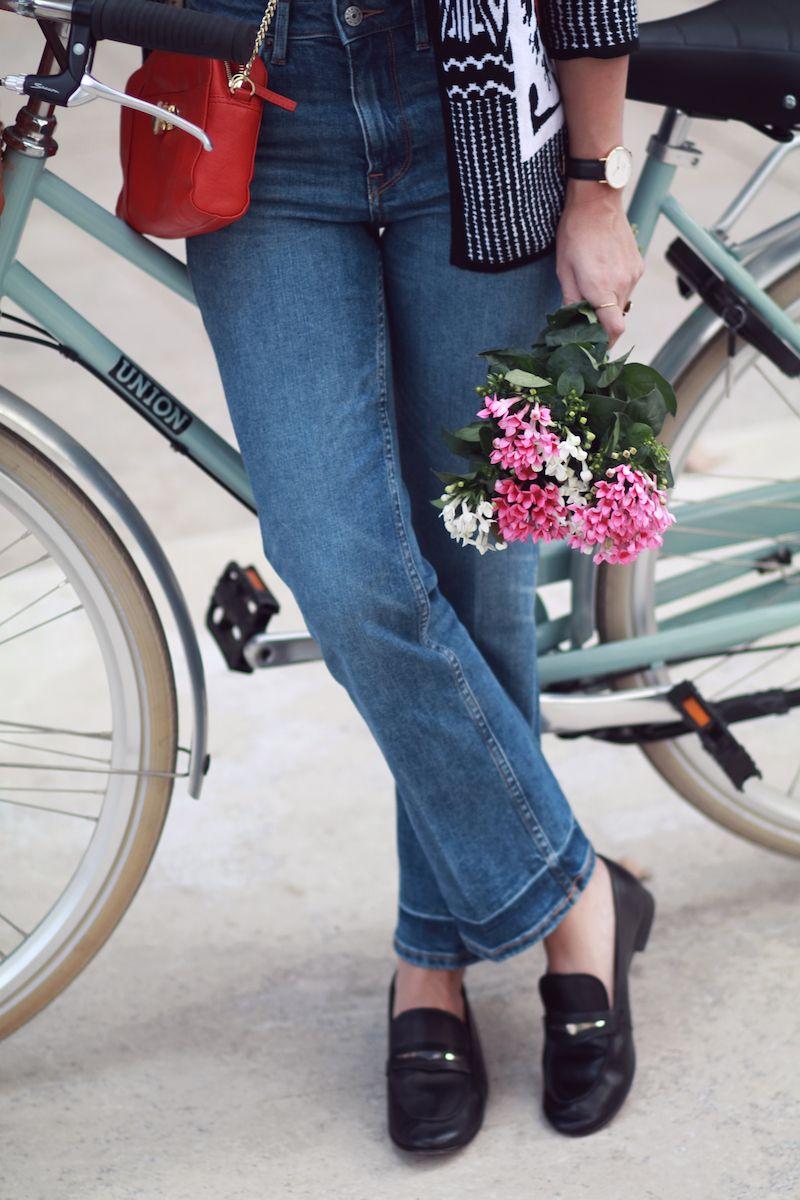 6c3f25879c7 jean-7-8-tendance-automne-2016 blog mode - jeans h m - sac rouge petite  mendigote flower power - bicyclette
