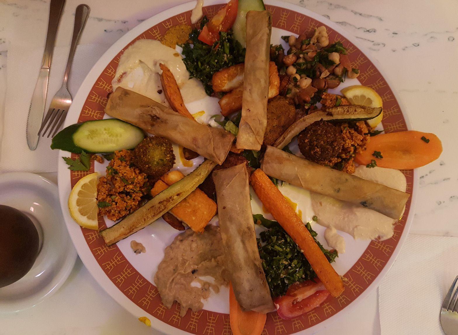#syriancuisine #syrianfood #syrianrestaurant #vegetarianfood #syrischeküche #syrischesessen #comidasiria #vegetarischesessen #comidavegetariana #grisgraublog #foodbloggers #foodblogger_de #yummy #onthetable #シリア料理 #시리아음식 #arabcuisine #아랍음식 #アラブ料理