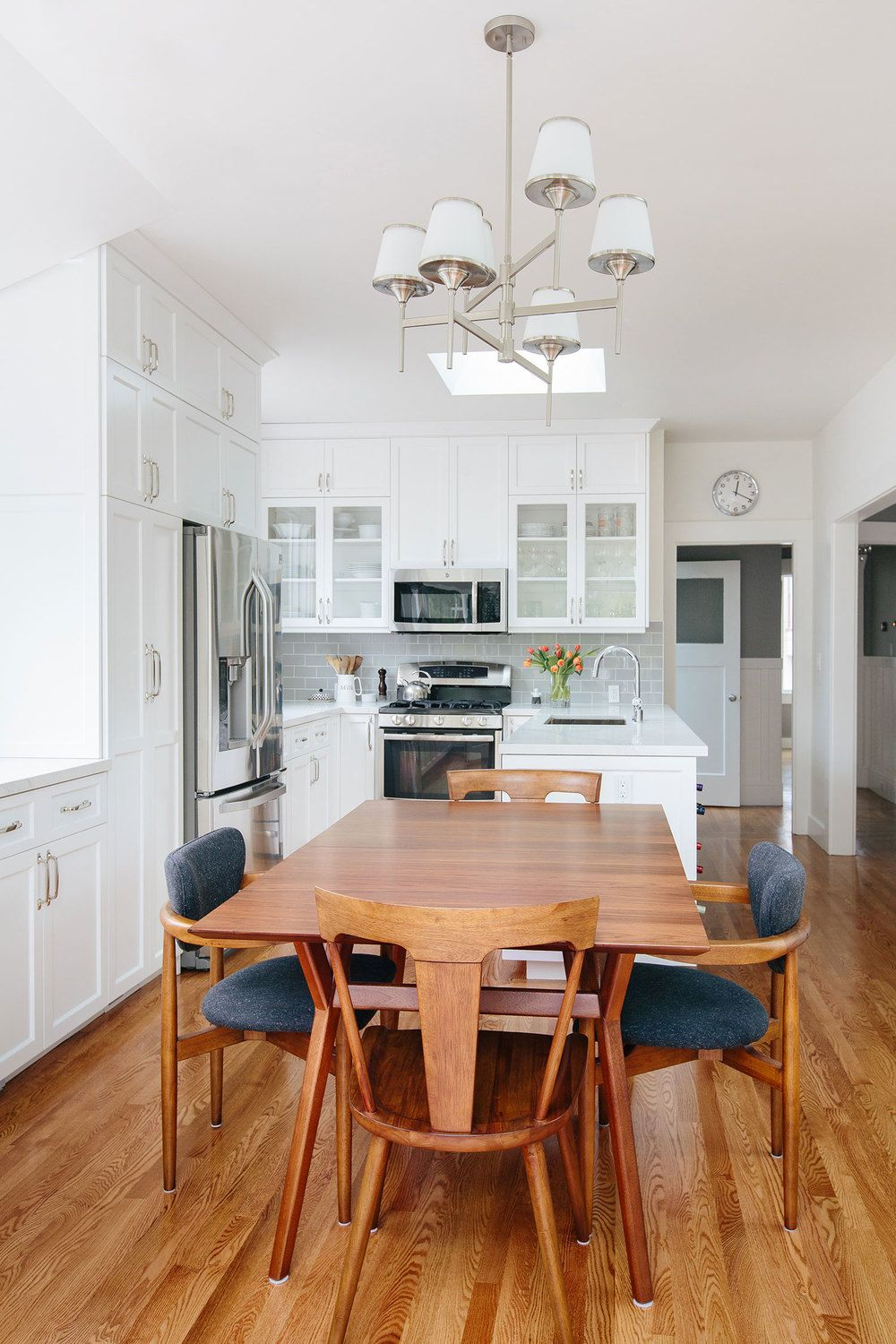 Modern white eat-in kitchen, midcentury modern dining table and ...