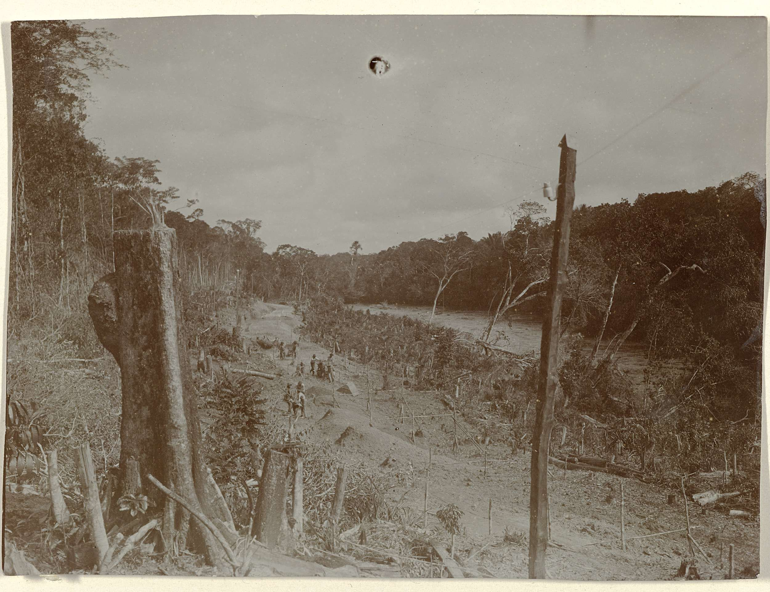 anoniem | Aanleg spoorweg langs de Sarakreek in Suriname, attributed to Jacob Evert Wesenhagen, 1905 - 1910 | Grondwerk bij de aanleg spoorweg langs de Sarakreek in Suriname. Aanleg van de Lawaspoorweg in Suriname in de jaren 1903-1912. Onderdeel van een groep objecten afkomstig van de familie Wesenhagen in Suriname.