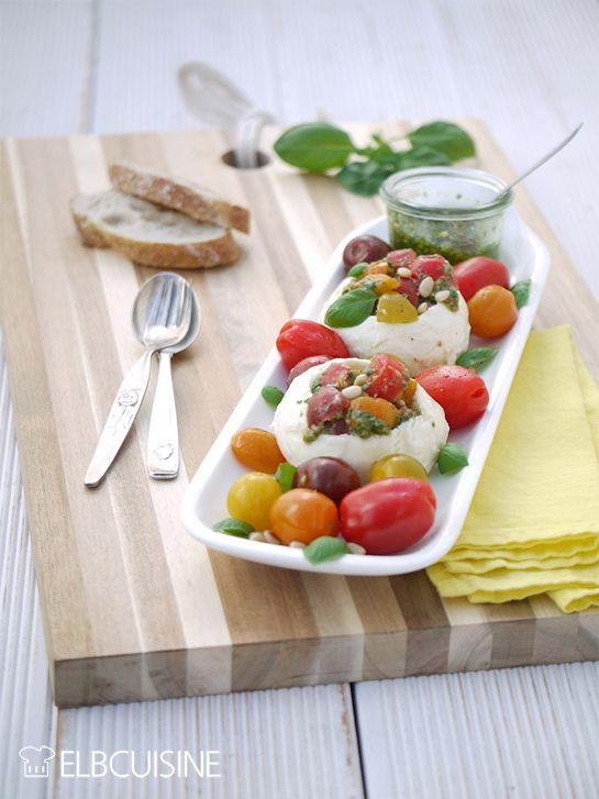 Mozzarella mal anders – köstlich gefüllt mit farbigen Tomaten und grünem Pesto