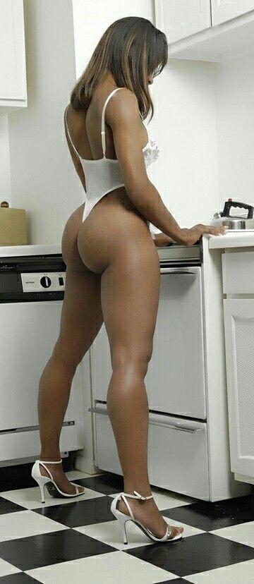 Big ole booty cleanin out tha honda