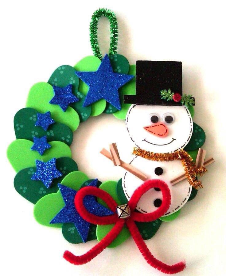 corona de navidad con frostie hecha con perforadores de