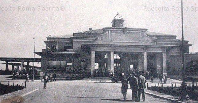 Il giorno 11 Agosto 1924 la Roma-Lido con 10 coppie di treni giornaliere ed un tempo di percorrenza di circa 50 minuti, il biglietto di andata e ritorno aveva un costo £ 6.80, quello di sola andata £ 4.20.