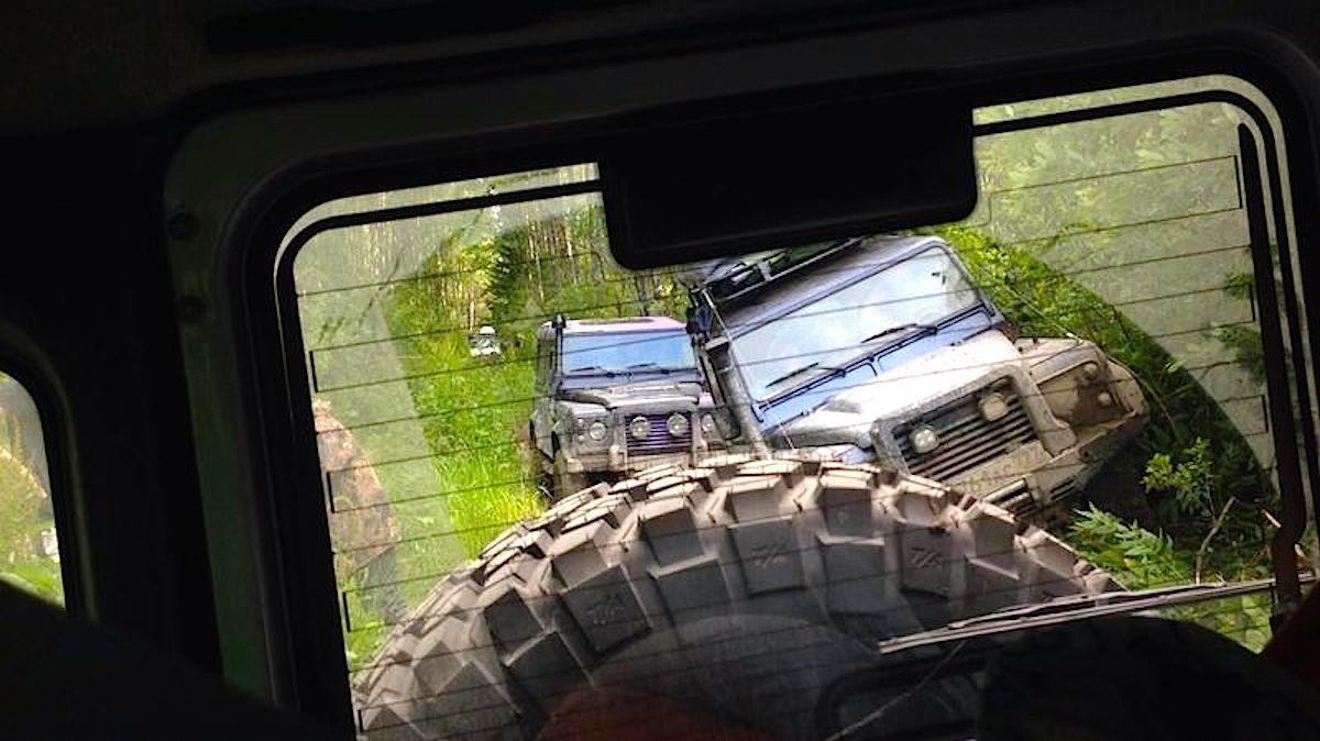Группа внедорожников LR Defender на маршруте трофи-рейда Гжатский тракт. Июль 2014