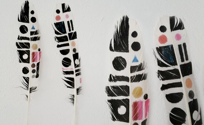 love these painted feathers
