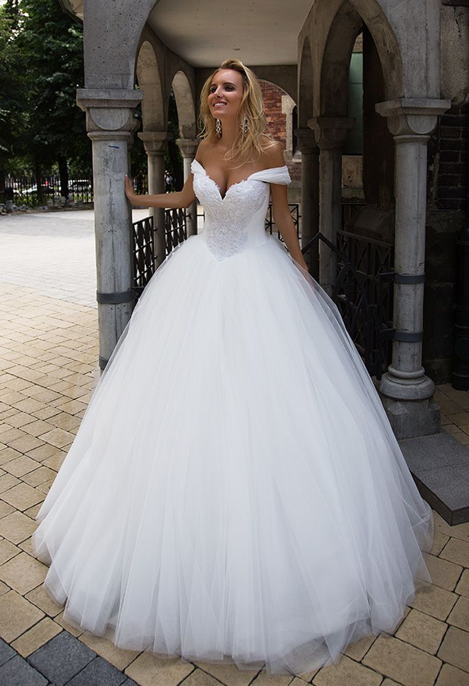 En Flirty Princess Dress Made Of Tulle With Opened Shoulders And Lush Cl Dress Enflirty Lush Opened Princess In 2020 Kleider Hochzeit Hochzeitskleid Braut