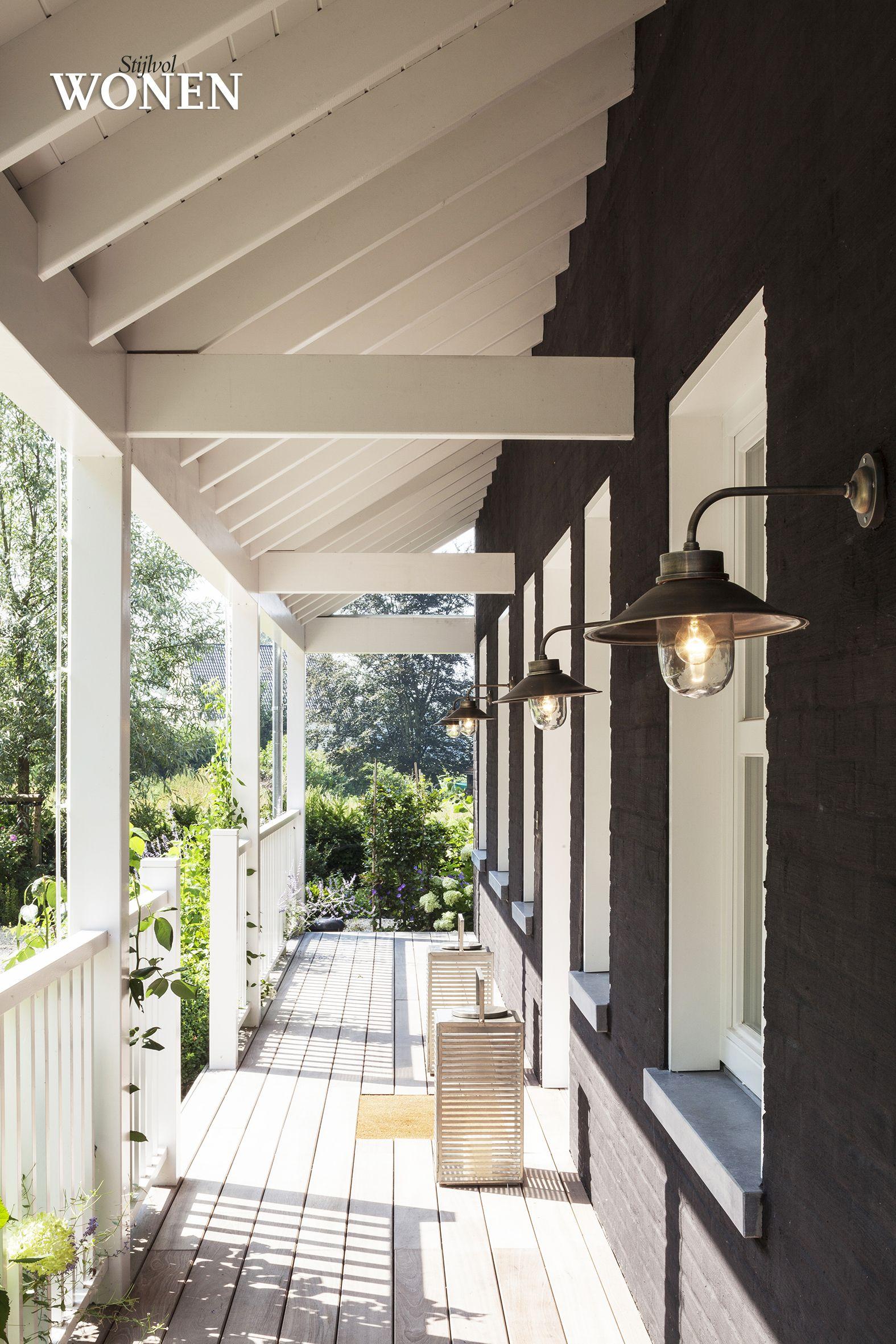 Outdoor terras hout blackwhite longislandstijl porch landelijk wonen pinterest lighting - Terras hout ...