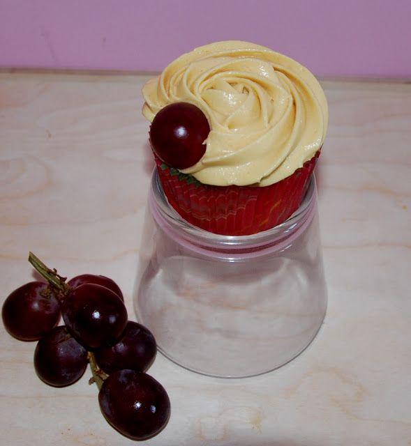 Dulcekoala Galletas Decoradas... y otros dulces...: CUPCAKES DE UVAS CON BUTTERCREAM DE CAVA. Para una...