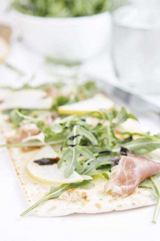 Prosciutto Birne und Rucola Fladenbrot Pizza