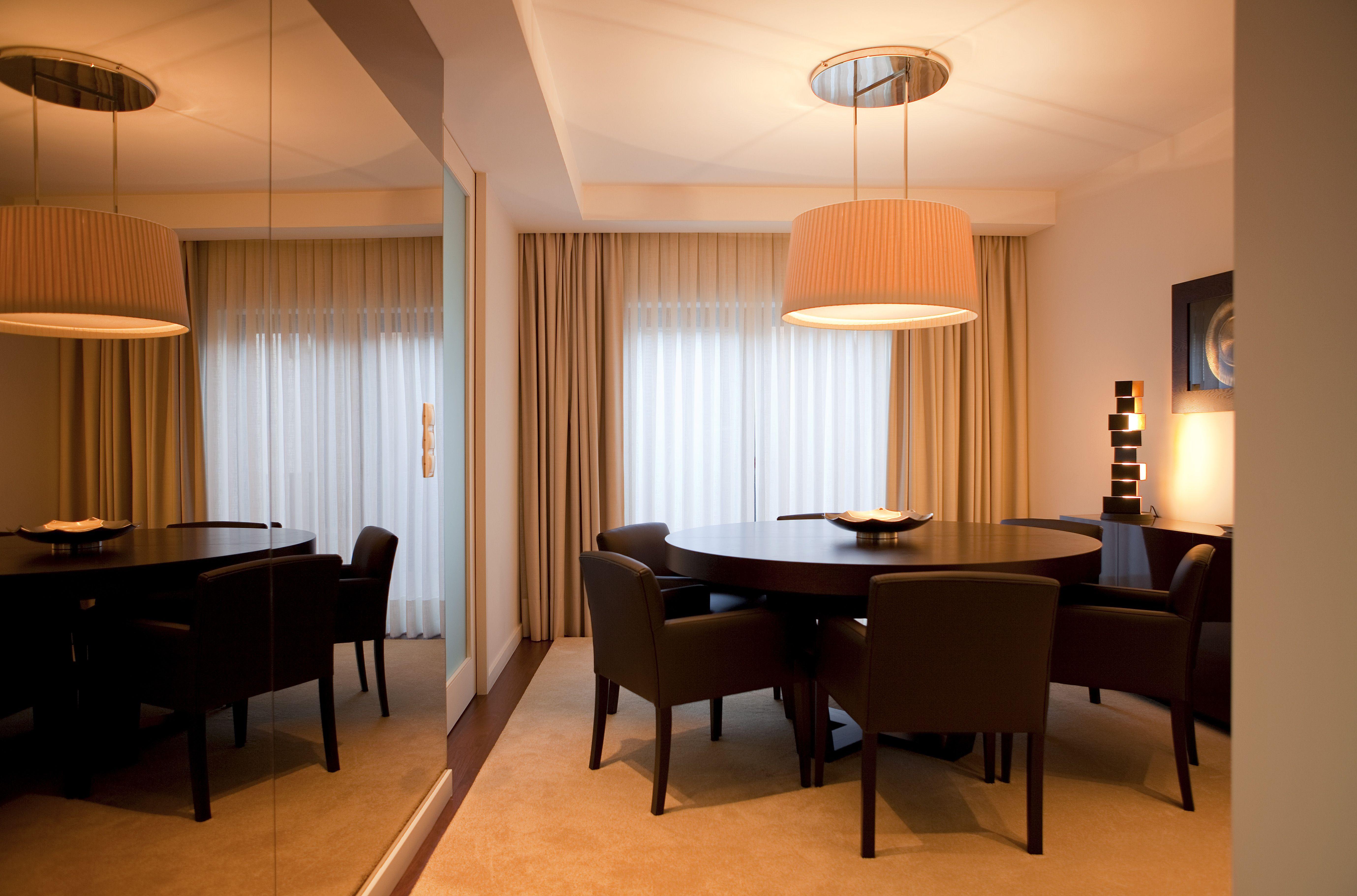 Sala de jantar com revestimento a espelho bronze.