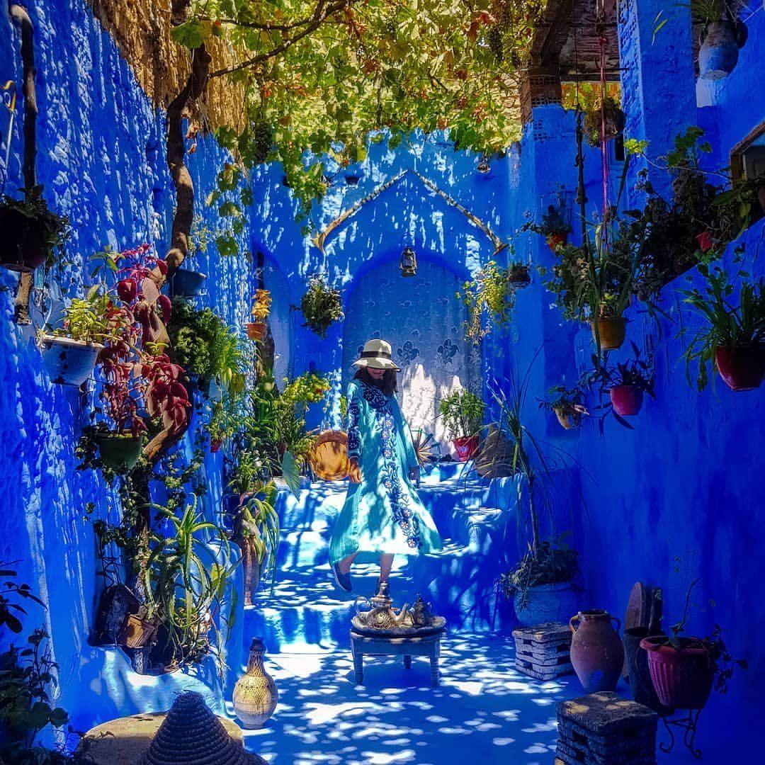 مر رجل من امام هذا البيت الموجود في مدينة شفشاون التي تسمى الجوهرة الزرقاء اعجب به فقرر اخذ صورة فيه خرجت بنت صاحب البيت اعجب بها Painting Art Blue Pearl