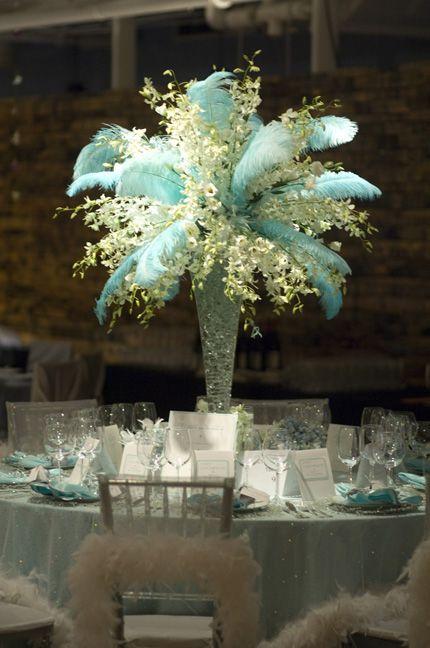 Matrimonio Tema Invernal : Centro de mesa con plumas azules y brillantes para boda