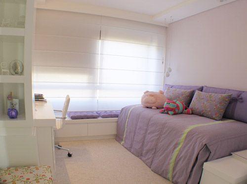 A cama foi colocada em uma das paredes para liberar espaço e os armários foram feitos de marcenaria (laca branca) para clarear o ambiente. Todo canto é aproveitado com portas ou gavetas embutidas, todas sem puxadores.