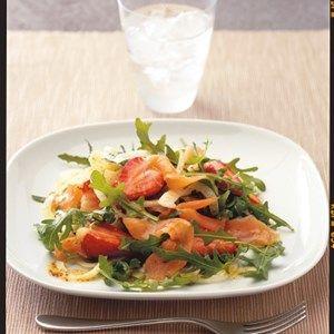 Salat med laks, jordbær og fennikel