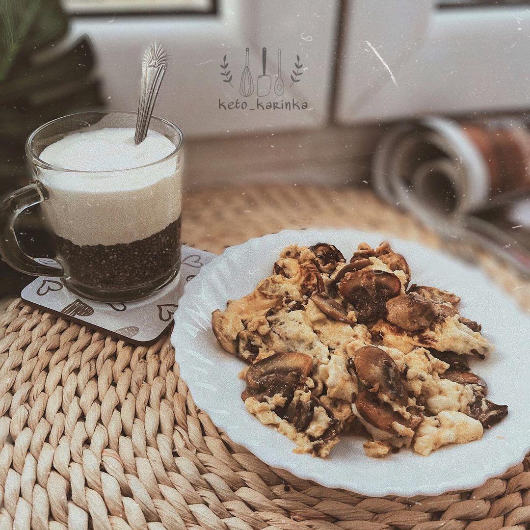 Na śniadanko mam :  • pudding Chia💚  • omlet z pieczarkami  Miłego dnia 😄 .  #keto#ketodiet#ketorecipe#ketolifestyle#ketomeals#dietaketo#ketogenicdiet#ketogeniczna#dietaketogeniczna#ketofriendly#ketolove#ketogenicznakobieta#odchudzanie#odchudzamsie#dieta#ketobeginner #ketoeats