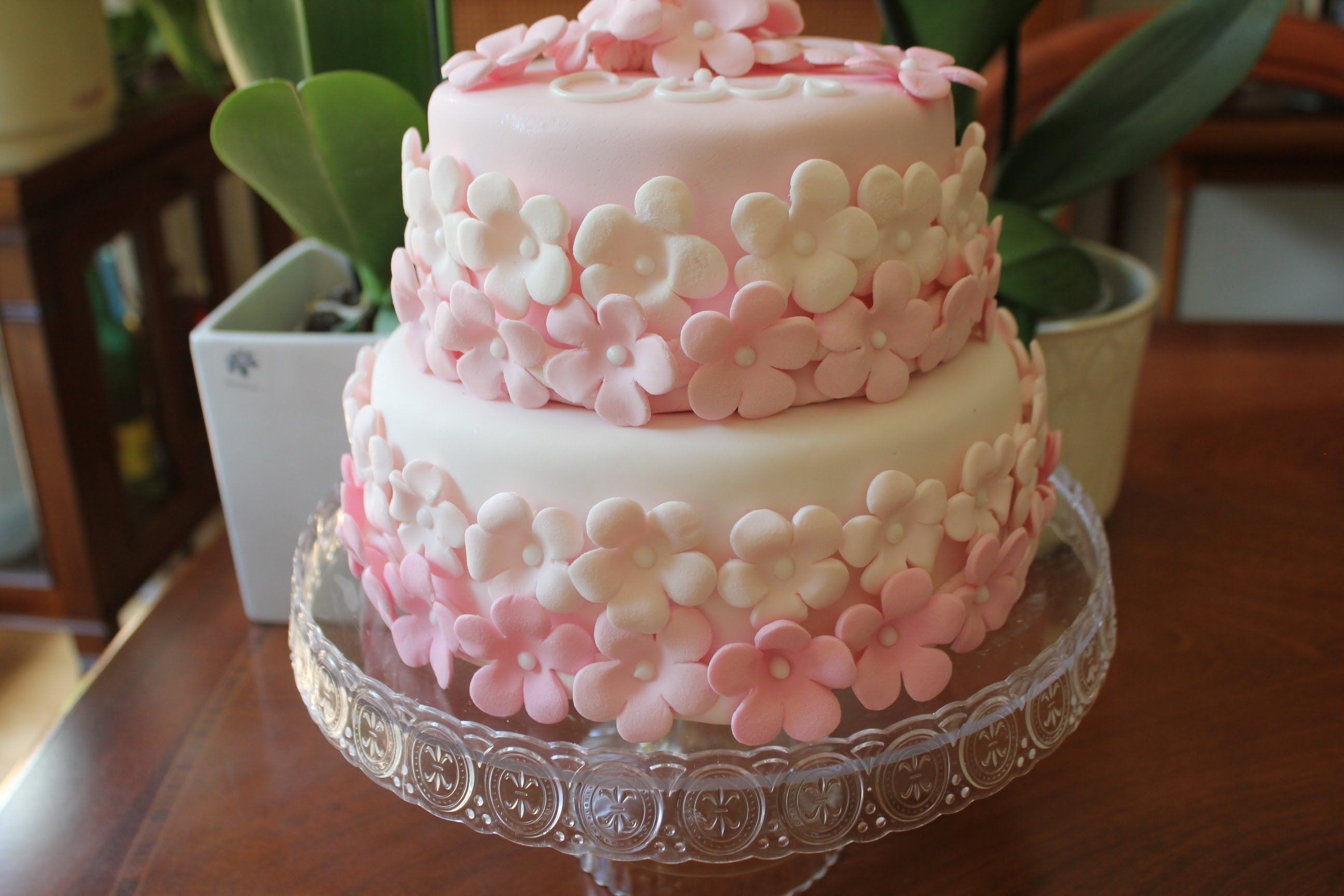 In this video we make an easy fondant cake. We use a lot of flowers in different pink colors. The cake is easy and beauty. Follow us in Facebook: http://www....