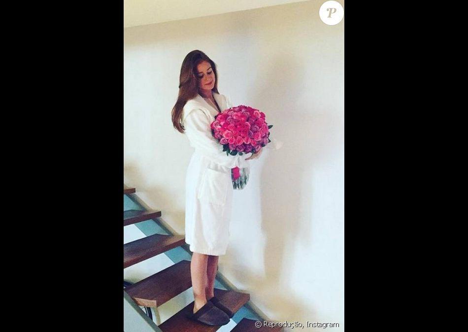 Xandinho Negrão publicou uma foto da namorada, Marina Ruy Barbosa, na qual ela aparece de roupão e segurando um buquê de flores. Atriz completa 21 anos nesta quinta-feira, 30 de junho de 2016